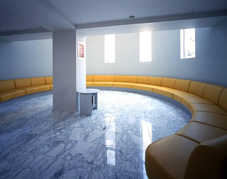 待合室: 久保田章敬建築研究所が手掛けた医療機関です。