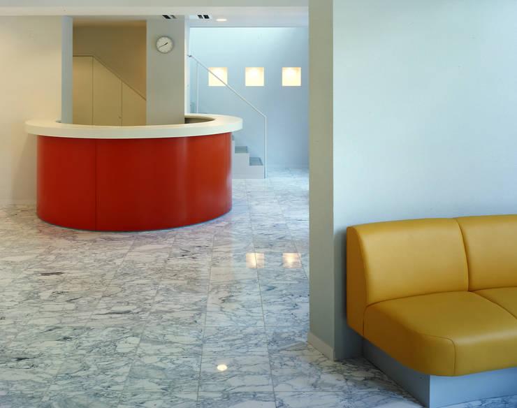 待合室と繋がる受付: 久保田章敬建築研究所が手掛けた医療機関です。