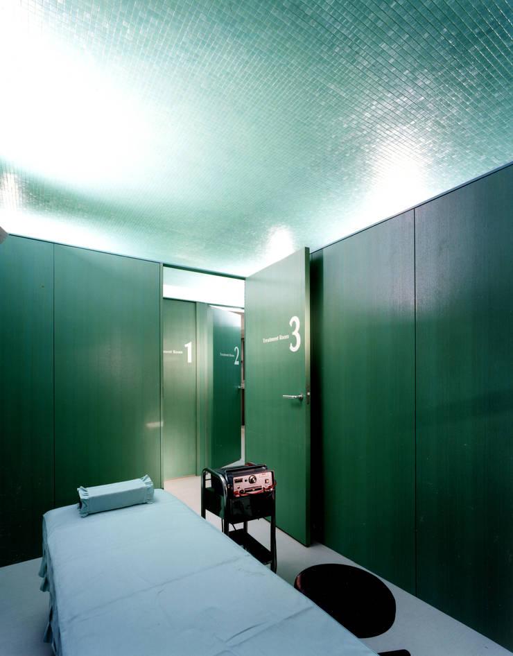 処置室: 久保田章敬建築研究所が手掛けた医療機関です。