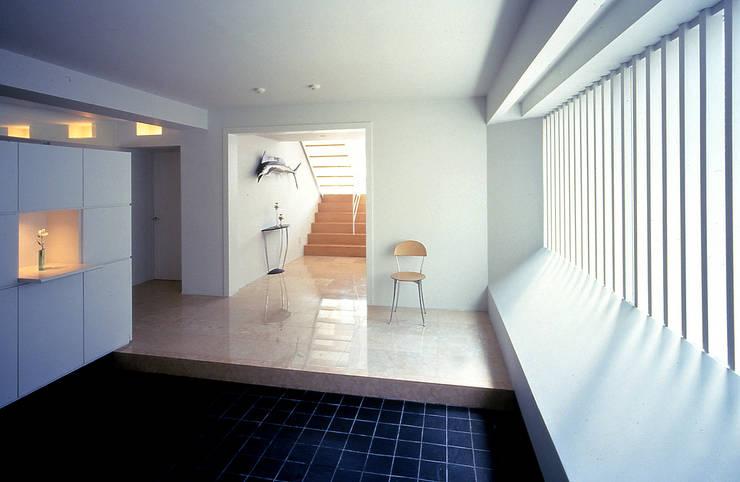 玄関: 久保田章敬建築研究所が手掛けた玄関&廊下&階段です。