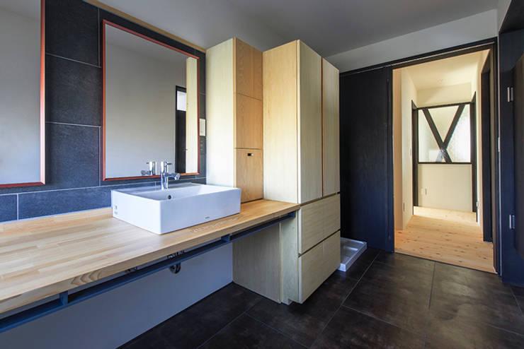 サニタリー: Egawa Architectural Studioが手掛けた浴室です。