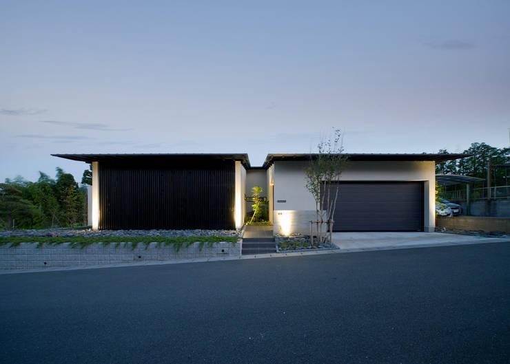 夕景 カントリーな 家 の Egawa Architectural Studio カントリー