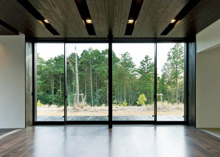 リビングからのお庭の風景: Egawa Architectural Studioが手掛けたリビングです。
