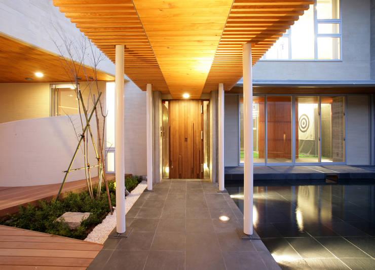 玄関アプローチ: Egawa Architectural Studioが手掛けた庭です。