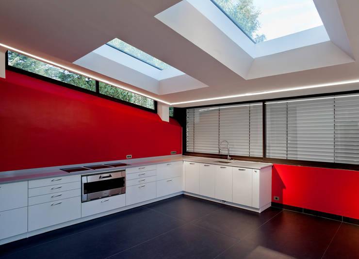 Extension bioclimatique d'une maison individuelle: Cuisine de style  par Ket-Chup