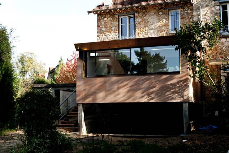 """Extension radicale """"Hi-Tech"""": Maisons de style  par Ket-Chup"""