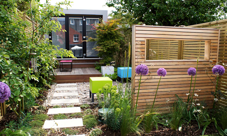 Modern English  Courtyard Garden:  Garden by Rosemary Coldstream Garden Design Limited