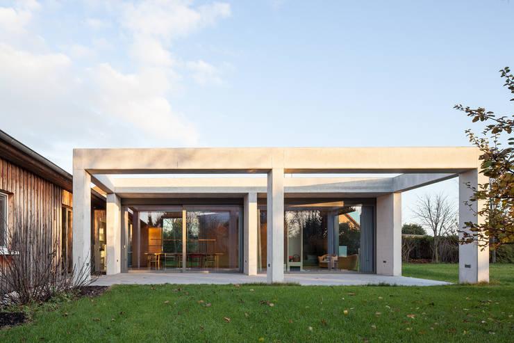 Wohnhaus bei Leipzig: moderne Häuser von WOLTERECK FITZNER