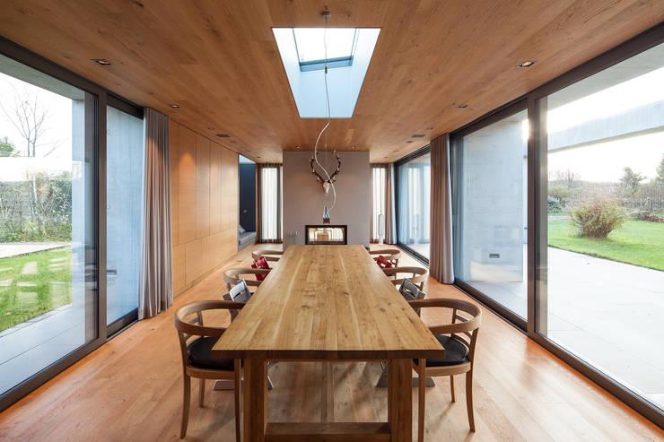 Wohnhaus bei Leipzig:  Wohnzimmer von WOLTERECK FITZNER