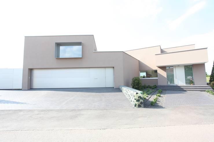 Eingangsbereich und Garage:  Häuser von Neugebauer Architekten BDA