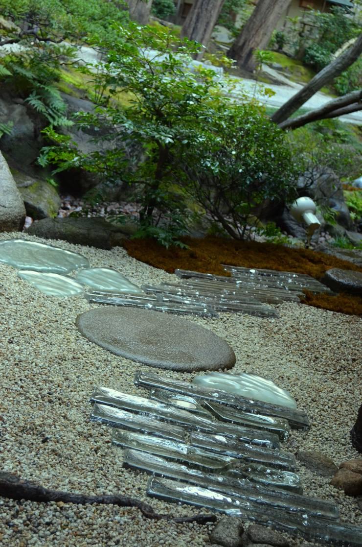 光るガラスの通路: 木村博明 株式会社木村グリーンガーデナーが手掛けた庭です。