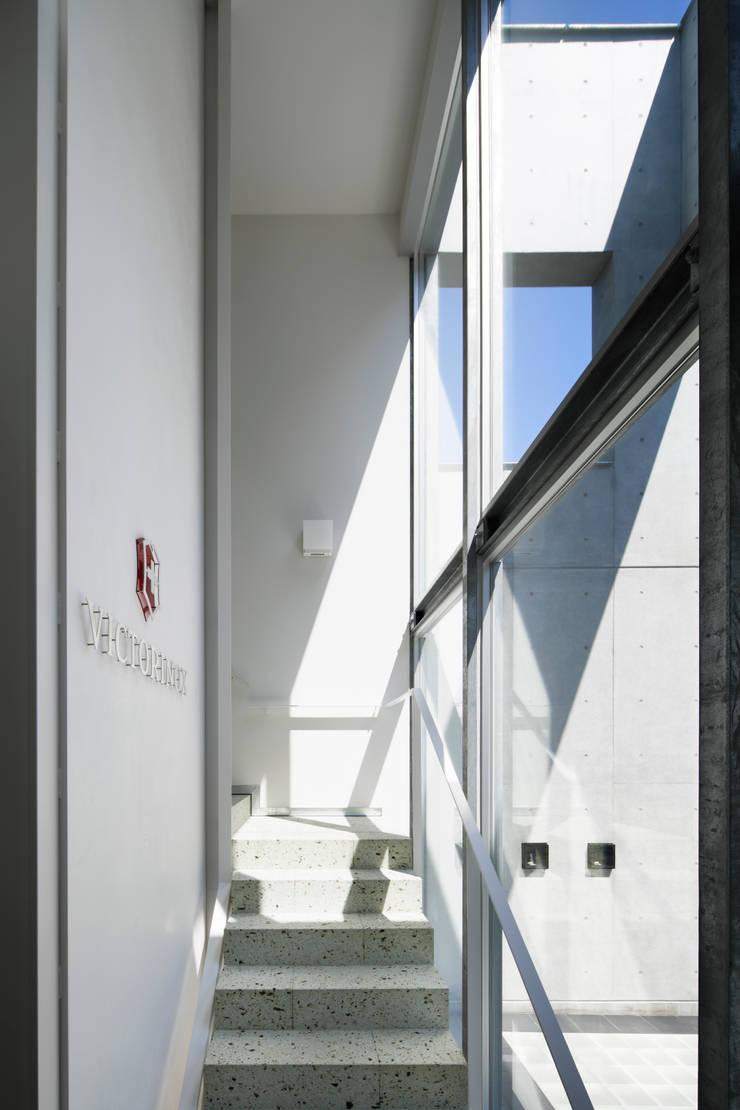 エントランス: 久保田章敬建築研究所が手掛けたオフィスビルです。,