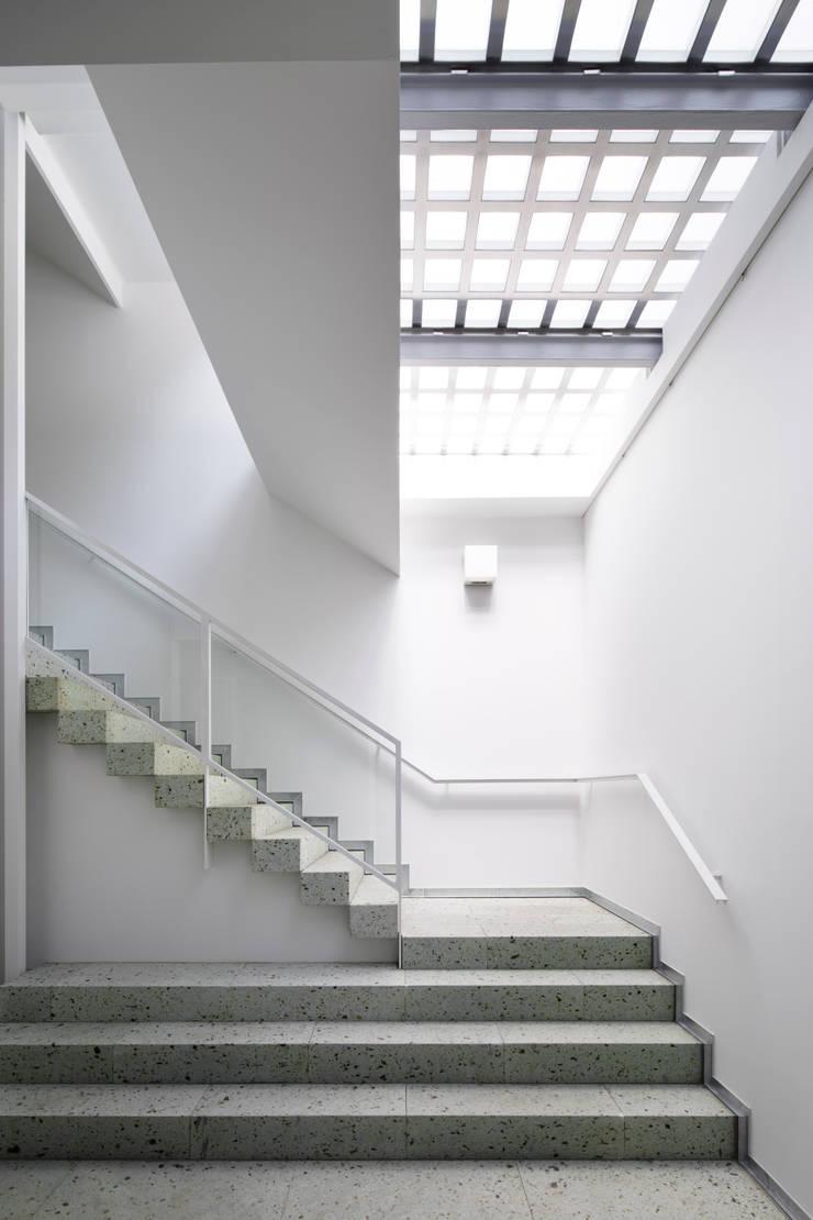 トップライトから光が注ぐホワイエ: 久保田章敬建築研究所が手掛けたオフィスビルです。,
