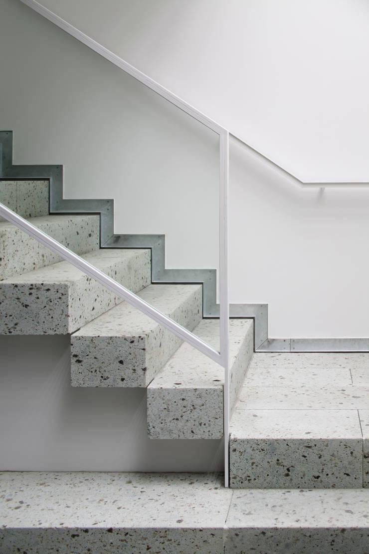 無垢の大谷石を積んだ階段ディテール: 久保田章敬建築研究所が手掛けたオフィスビルです。,