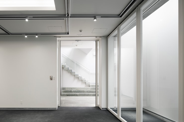ショールームエントランス: 久保田章敬建築研究所が手掛けたオフィスビルです。,