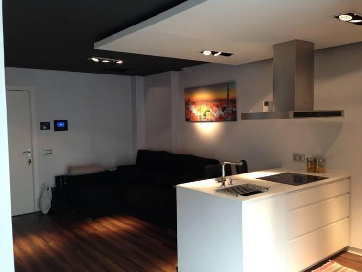 Reforma cocina en un espacio abierto: Cocinas de estilo  de ROIMO INTEGRAL GRUP, Moderno