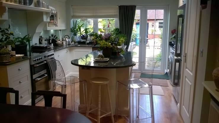 Cocina de estilo  por Pat Staples Interiors