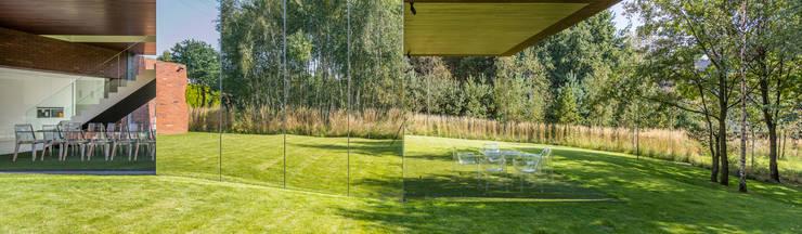 LIVING GARDEN HOUSE : styl , w kategorii Taras zaprojektowany przez KWK Promes