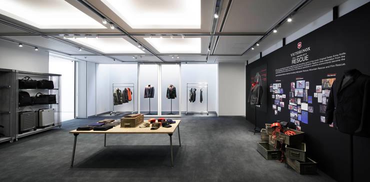 多目的なショールームスペース: 久保田章敬建築研究所が手掛けたオフィスビルです。,