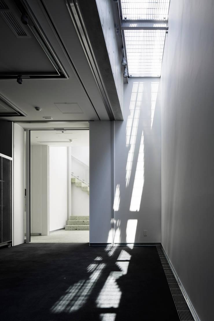 3層吹抜けのエアーフロー空間: 久保田章敬建築研究所が手掛けたオフィスビルです。,