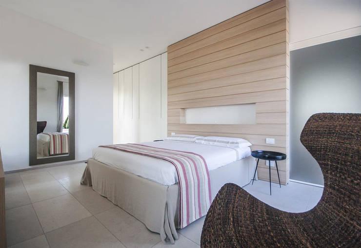 Villa Ciano: Camera da letto in stile  di sebastiano canzano architetto