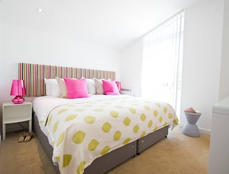 Take Off, Una St Ives:  Bedroom by iroka