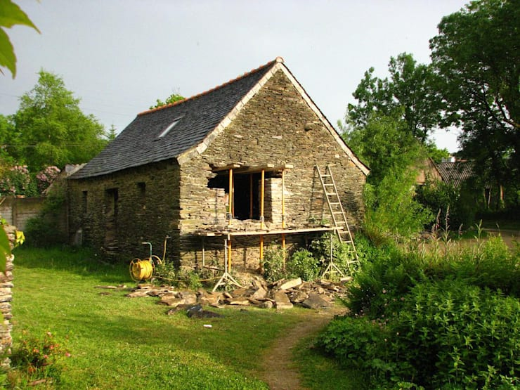 AN OLD BRETON  BARN CONVERTED INTO AN ARTIST STUDIO:  de style  par Modal Architecture