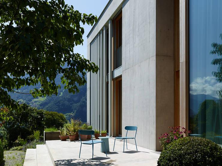 Ostfassade mit Terrasse:  Terrasse von feliz