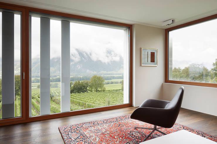 Büro/Wohnraum im Obergeschoss: moderne Wohnzimmer von feliz