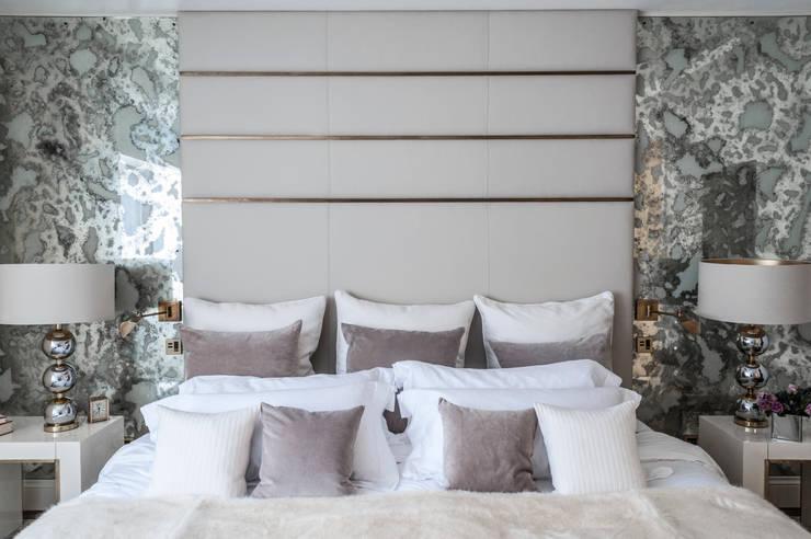 Camera da letto in stile  di Rupert Bevan Ltd