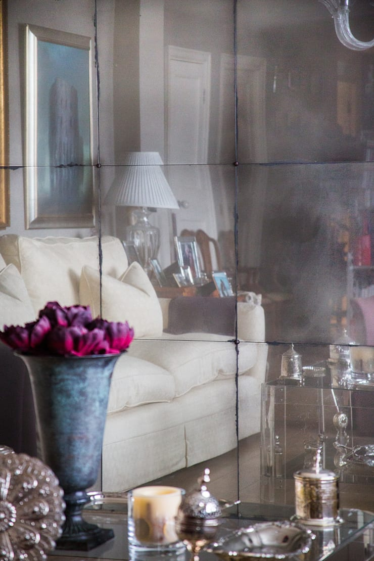 Antiqued Mirror Panelled Living Room Wall:  Living room by Rupert Bevan Ltd