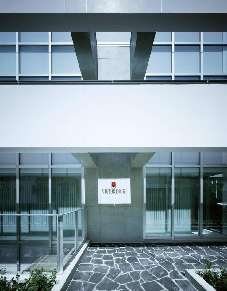 南側外観アプローチ: 久保田章敬建築研究所が手掛けたオフィスビルです。