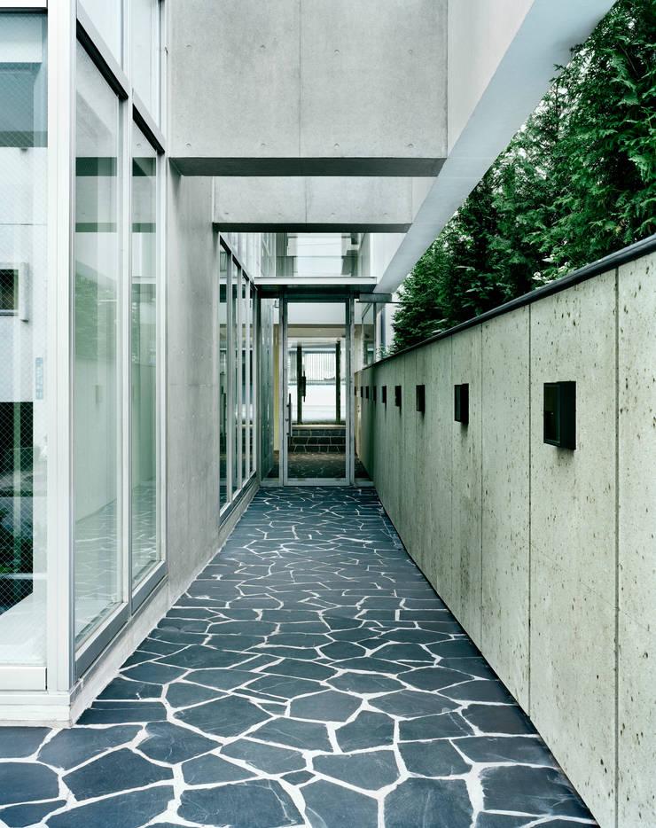 南北の道路を繋ぐパッセージ: 久保田章敬建築研究所が手掛けたオフィスビルです。
