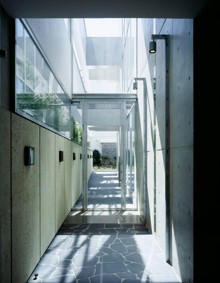 開放感のあるパッセージ: 久保田章敬建築研究所が手掛けたオフィスビルです。