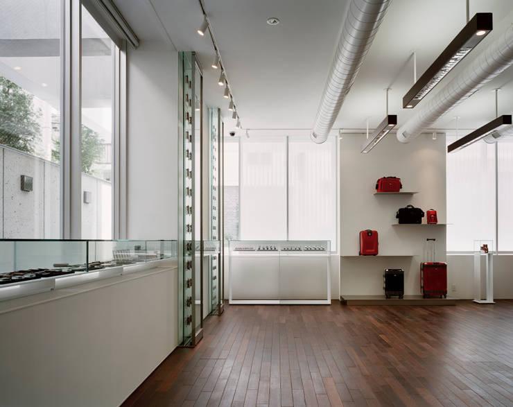 ショールームスペース: 久保田章敬建築研究所が手掛けたオフィスビルです。
