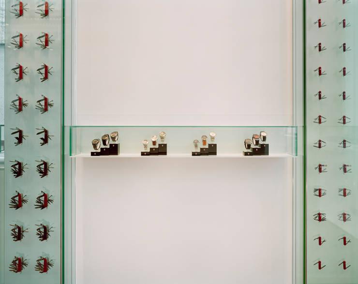 時計とナイフのディスプレイ: 久保田章敬建築研究所が手掛けたオフィスビルです。