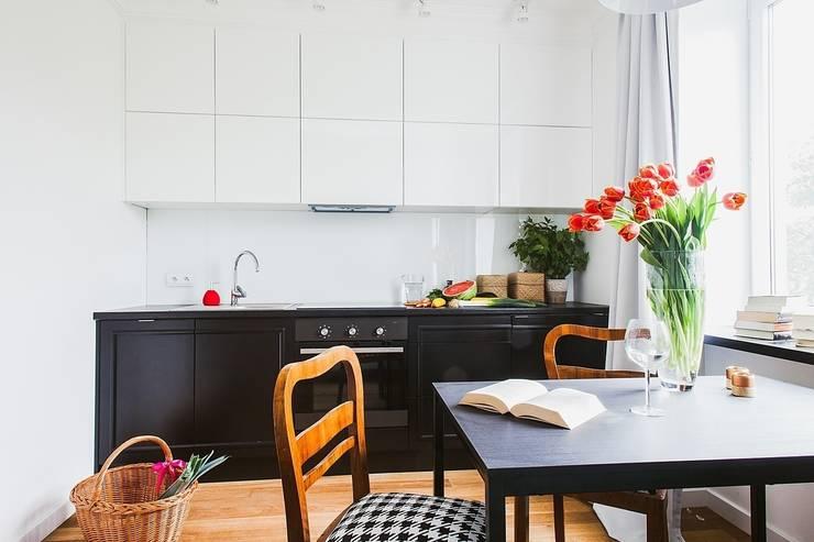 Mieszkanie po remoncie generalnym, w stylu eklektycznym, z czarno-białą kuchnią: styl , w kategorii Kuchnia zaprojektowany przez HOLTZ
