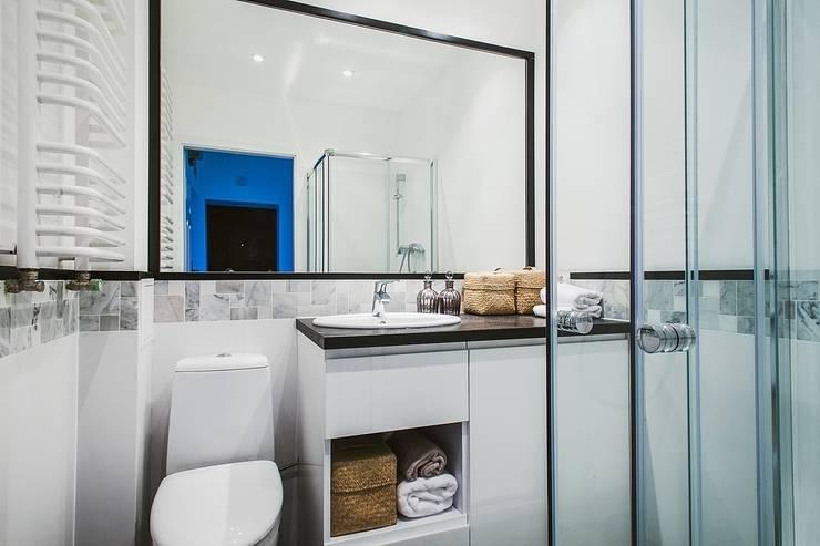Mieszkanie po remoncie generalnym, w stylu eklektycznym, z czarno-białą kuchnią: styl , w kategorii Łazienka zaprojektowany przez HOLTZ