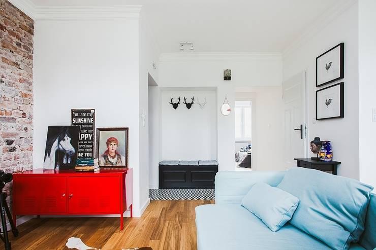 Mieszkanie po remoncie generalnym, w stylu eklektycznym, z czarno-białą kuchnią: styl , w kategorii Korytarz, przedpokój zaprojektowany przez HOLTZ