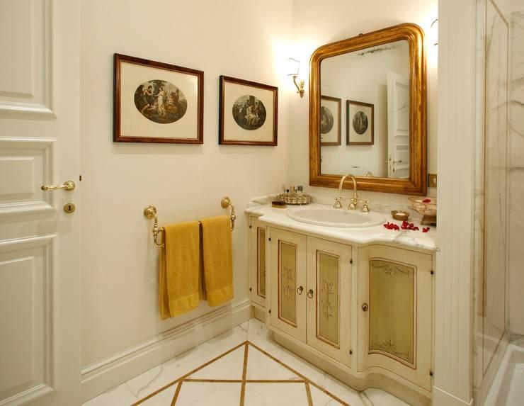 Villa in città: Bagno in stile in stile classico di Studio di Architettura Alberto Ambrosini