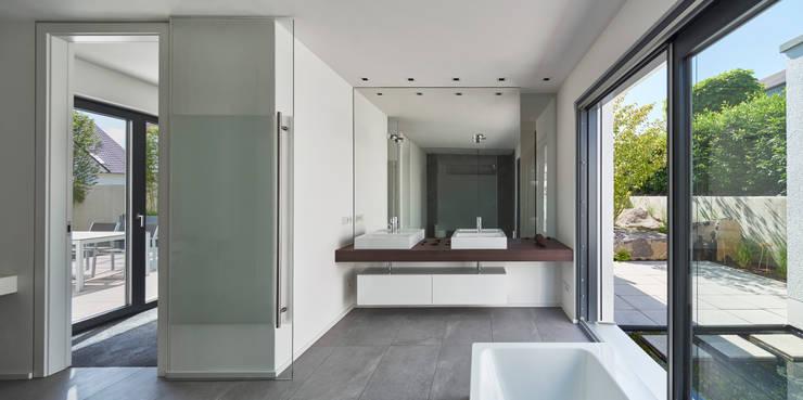Wohnhaus_S:  Badezimmer von Fachwerk4 | Architekten BDA