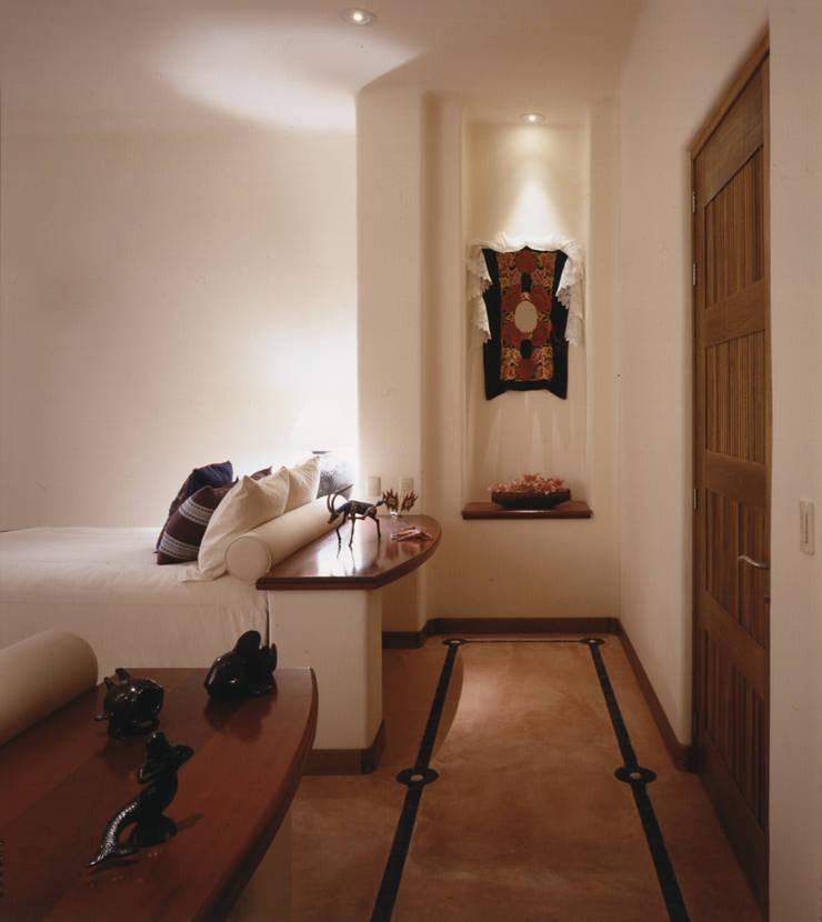 Casa Cuixa: Recámaras de estilo  por BR  ARQUITECTOS
