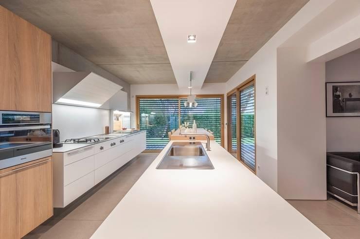 bulthaup b3 suspendue: Cuisine de style de style Moderne par bulthaup espace de vie Pontarlier