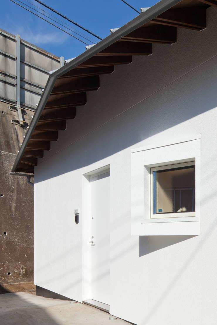 西側玄関: 加藤裕一 / KSA が手掛けた家です。
