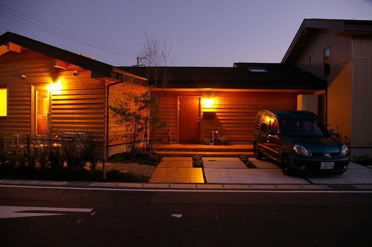 玄関・アプローチ: 木の家株式会社が手掛けた家です。