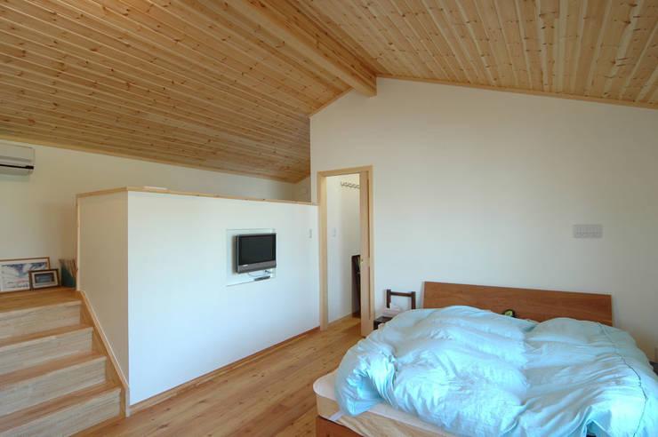 主寝室: 木の家株式会社が手掛けた寝室です。