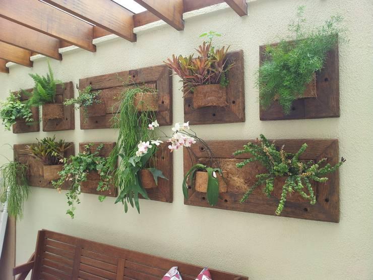 Painel vertical modulado: Jardins de inverno rústicos por A Varanda Floricultura e Paisagismo
