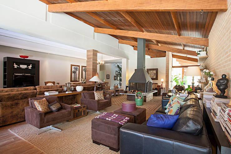 Residencia AO: Salas de estar campestres por Saspadini e Schlavon