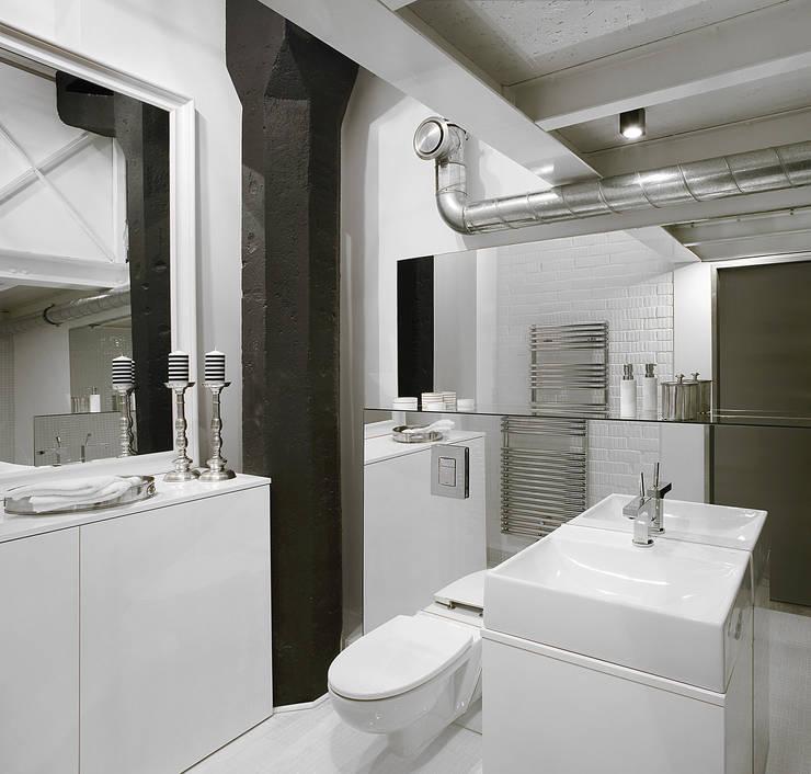 Biały loft: styl , w kategorii Łazienka zaprojektowany przez justyna smolec architektura & design