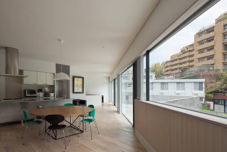 京町の家: TASS建築研究所が手掛けたリビングです。